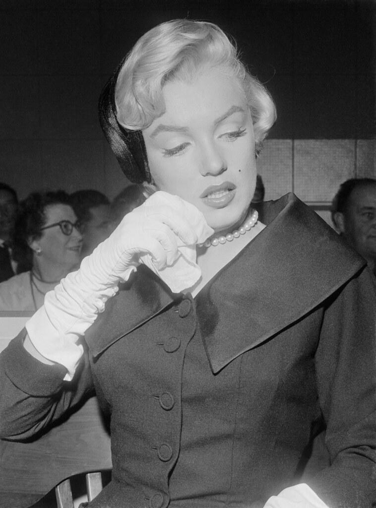 Мэрилин Монро с платком (на процессе по разводу)